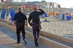 Due ufficiali di Israel Police che sorvegliano sul lungomare di Tel Aviv Immagini Stock Libere da Diritti