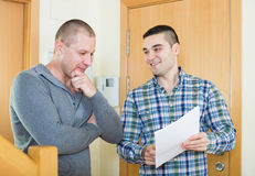 Due uomini al gradino della porta dell'appartamento Immagine Stock Libera da Diritti