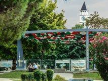 Due uomini anziani che si siedono e che parlano al monumento di amicizia, Tirana, Albania fotografia stock libera da diritti