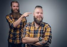 Due uomini barbuti in una camicia di plaid Fotografie Stock