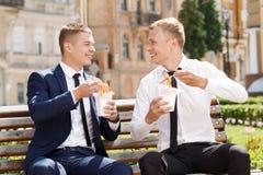 Due uomini bei che mangiano le tagliatelle cinesi Fotografia Stock Libera da Diritti