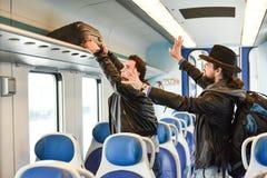Due uomini bianchi che cercano i bagagli perfetti di sollevamento e del sedile Immagini Stock Libere da Diritti