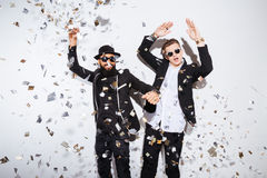 Due uomini che ballano sul partito immagini stock