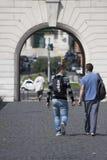 Due uomini che camminano verso l'arco Fotografia Stock Libera da Diritti