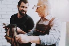 Due uomini che controllano l'attrezzatura dell'hardware dal PC fotografie stock libere da diritti