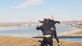 Due uomini che corrono sull'erba e che eseguono i trucchi video d archivio