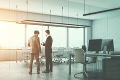 Due uomini che parlano in una sala riunioni moderna dell'ufficio Fotografie Stock Libere da Diritti
