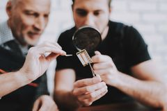 Due uomini che riparano l'attrezzatura dell'hardware dal PC fotografia stock libera da diritti