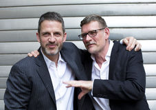 Due uomini che si abbracciano fotografia stock