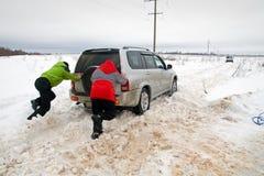 Due uomini che spingono un'automobile Fotografie Stock Libere da Diritti