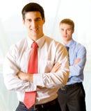Due uomini d'affari all'ufficio fotografie stock libere da diritti