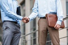 Due uomini d'affari che agitano le mani Immagini Stock