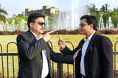 Due uomini d'affari che discutono nel parco Fotografia Stock Libera da Diritti