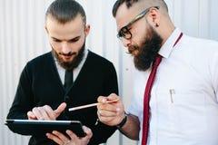 Due uomini d'affari che discutono qualcosa fotografie stock libere da diritti