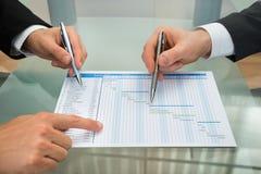 Due uomini d'affari che fanno il diagramma di Gantt Immagine Stock Libera da Diritti