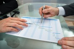 Due uomini d'affari che fanno il diagramma di Gantt Fotografie Stock Libere da Diritti