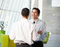 Due uomini d'affari che hanno riunione informale in ufficio moderno Immagini Stock Libere da Diritti