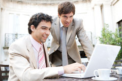 Uomini di affari che si incontrano in caffè. Fotografia Stock