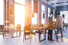 Due uomini d'affari che parlano nell'aula corporativa Fotografia Stock