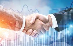 Due uomini d'affari che stringono le mani, grafici Fotografia Stock