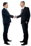 Due uomini d'affari hanno un accordo fotografia stock