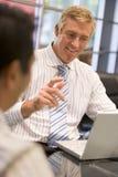 Due uomini d'affari in sala del consiglio Immagine Stock