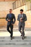 Due uomini d'affari si avvicinano alle scale, occhiali da sole Immagini Stock Libere da Diritti
