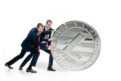 Due uomini di affari che tengono l'icona di affari Immagine Stock