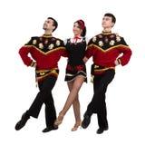 Due uomini ed una donna che indossano una posa russa piega del costume Immagini Stock Libere da Diritti