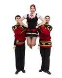 Due uomini ed una donna che indossano una posa russa piega del costume Immagine Stock