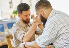 Due uomini fanno concorrenza sui reslings del braccio fotografie stock