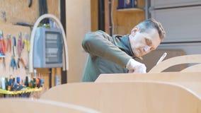 Due uomini fanno indipendente una barca di legno Stessi hanno inventato la progettazione della nave per i loro viaggi archivi video