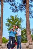 Due uomini iraniani osservano le immagini sullo schermo del dispositivo mobile Fotografia Stock Libera da Diritti