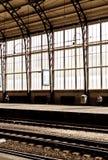 Due uomini lontano da a vicenda alla stazione ferroviaria vuota con macchiato fotografia stock libera da diritti