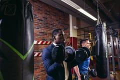 Due uomini muscolari che fanno allenamento del bicipite Fotografia Stock Libera da Diritti
