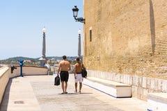 Due uomini passano attraverso il centro storico in Sitges, Barcellona, Catalunya, Spagna Copi lo spazio per testo Immagini Stock Libere da Diritti