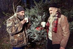 Due uomini senza tetto che celebrano il loro natale in parco fotografie stock libere da diritti