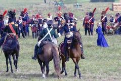 Due uomini stringono i cavalli da equitazione delle mani Fotografie Stock