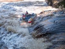 Due uomini su un catamarano stanno lottando con il fiume Immagini Stock Libere da Diritti