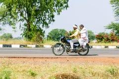 Due uomini su un motorino nel Ragiastan, India Fotografie Stock Libere da Diritti