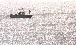 Due uomini su una barca Fotografie Stock Libere da Diritti