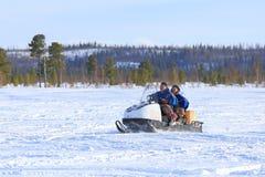 Due uomini vanno su un gatto delle nevi Immagine Stock
