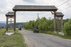 Due vagoni trainati da cavalli sulla strada in Romania immagini stock