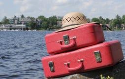 Due valigie e straw-hat rossi Fotografia Stock Libera da Diritti