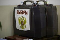 Due valigie trasparenti di plastica per la raccolta del biliardo con un'elezione dell'iscrizione e un'aquila dalla testa doppio fotografie stock