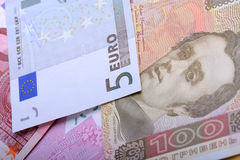 Due valute - grivna ucraino e euro europeo Fotografia Stock