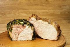 Due vari pezzi di carne al forno su un board2 rotondo Fotografia Stock Libera da Diritti