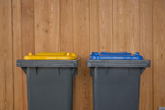 Due variopinti riciclano i recipienti Immagine Stock