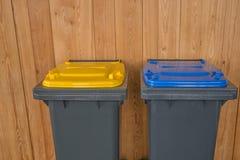 Due variopinti riciclano i recipienti Immagini Stock Libere da Diritti