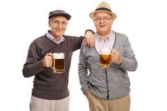 Due vecchi amici che bevono birra fotografie stock